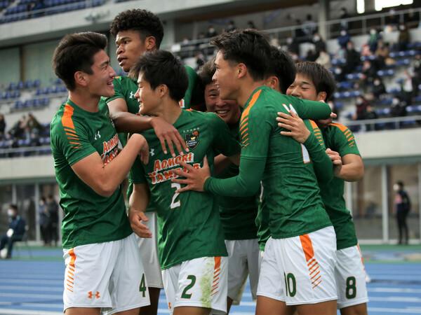 高校サッカー界を代表する存在となった青森山田。1年生ながら前回大会で4得点を挙げた松木(10)など今年度もタレントは充実するが、数少ない懸念材料は──