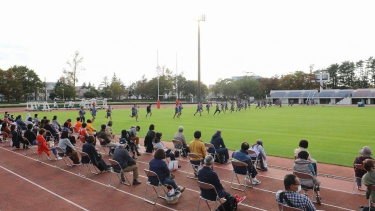ピッチレベルから観戦できる迫力満点の特別席を用意! 写真は2月20日の試合会場の成田市中台運動公園陸上競技場で行った公開練習時の様子。 ※実際の座席位置とは異なります。
