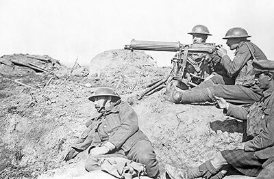 1917年、第一次世界大戦で重機関銃を構えるイギリス軍