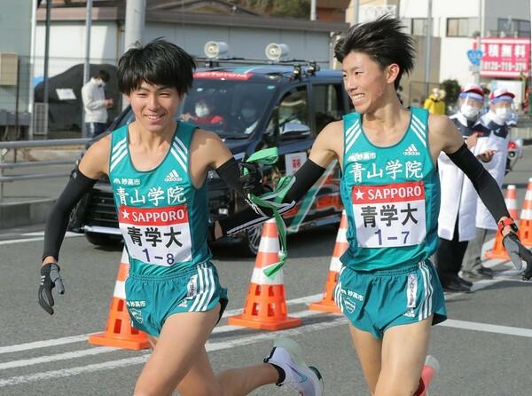 優勝候補に挙げられた青山学院大は総合4位。だが、近藤(右)らの力走もあり、復路では優勝を果たした