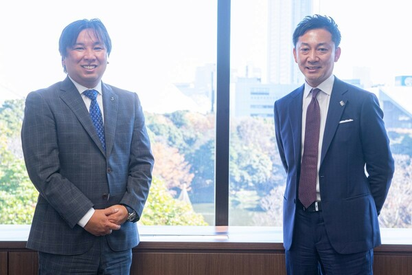 YouTubeが大人気の里崎氏(左)と自身もポッドキャストを始めた島田チェアマン(右)