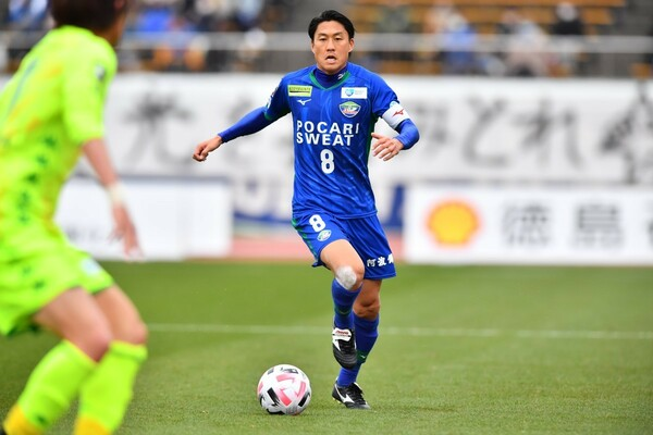 J2優勝を決めた徳島でボランチを務めた岩尾。キャプテンとして、チームの心臓としてピッチ内外で牽引し、MVPに相応しい働きぶりだった