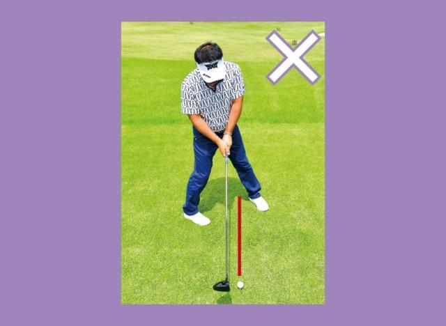 いきなりボールのラインをまたいでしまうとフェースの向きが確認できない。