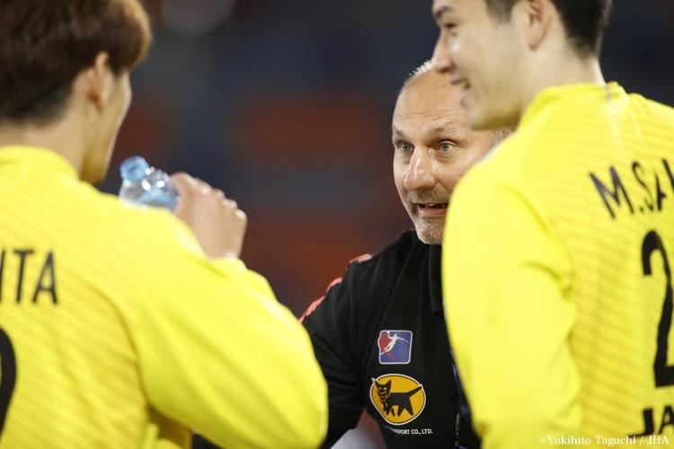 クロアチア戦で岩下選手に語りかけるアントニ・パレツキGKコーチ