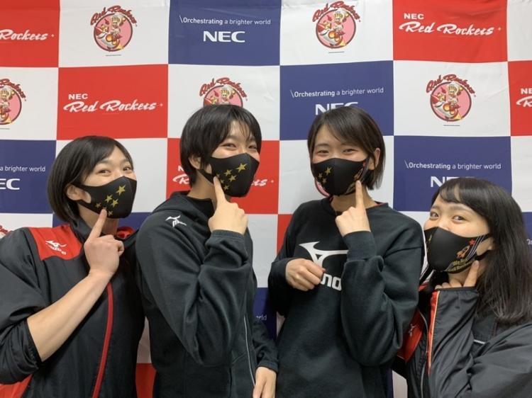古賀紗理那発案でマスクデザインを公募。学生がデザインしたマスクを来場者にプレゼント