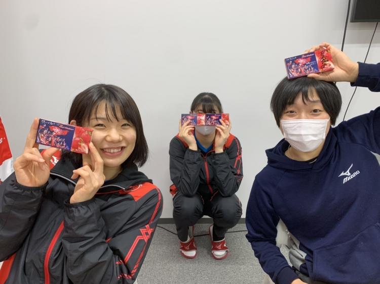 笑顔でメッセージ入りのチョコを見せる曽我・山田・古谷の3選手