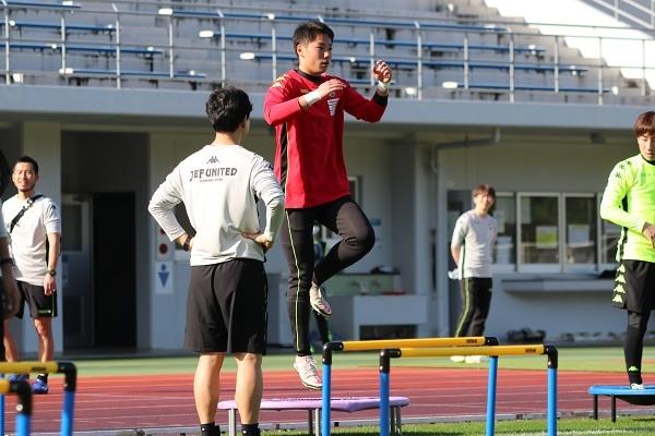 松原颯太選手、背筋をのばして片足トランポリン。