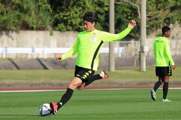 戦術確認前にシュート練習。 小島秀仁選手がゴールを狙います。