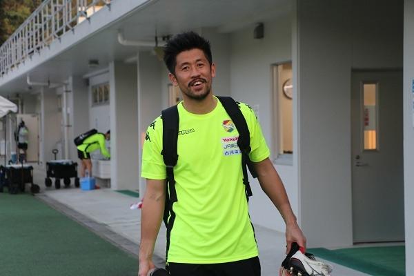 午後のトレーニング終了! フィールドプレイヤーのウェアに着替えた新井章太選手、激レアな姿かも?!