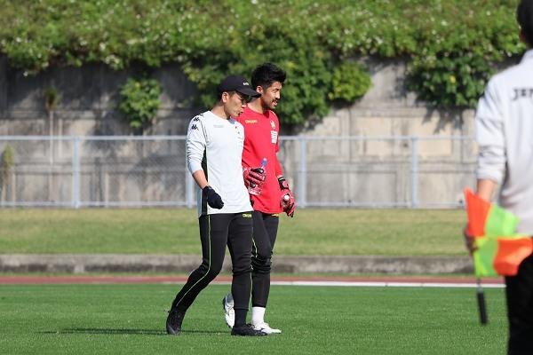 新井章太選手は、川原元樹GKコーチとの確認作業に余念がありません。