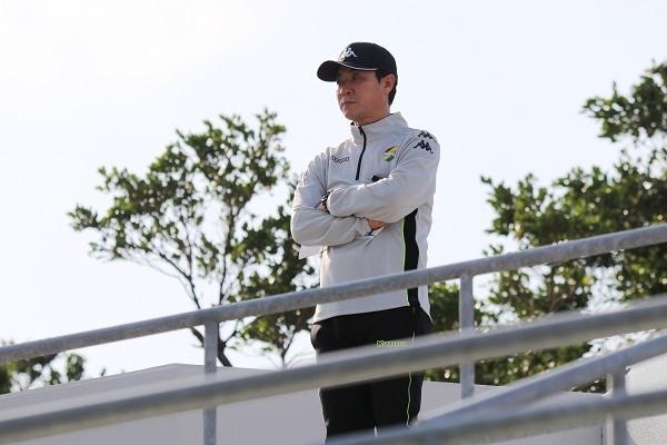 紅白戦が始まると、尹晶煥監督は競技場の見学スタンドへと向かい、俯瞰で選手のプレーをチェックしていました。