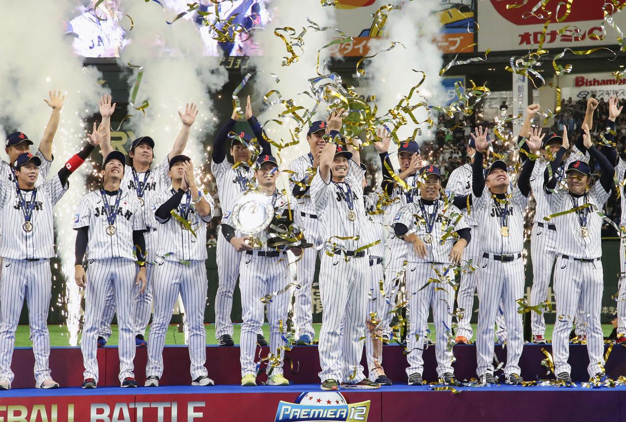 2019年のプレミア12で10年ぶりの世界一奪還。結束力の勝利であった(中央でトロフィーを掲げているのが松田)