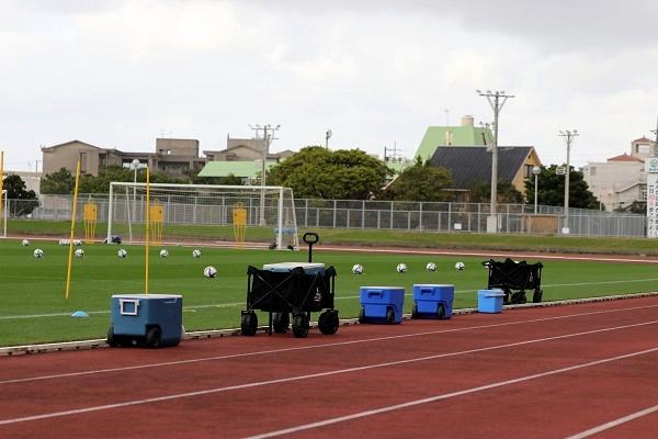 キレイに並べられたドリンクケースや、等間隔に置かれたボール。 選手が気持ちよくトレーニングに入るための、工夫の一つです。
