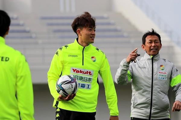 ケガをしないよう、ウォーミングアップを入念に。 山崎亨フィジカルコーチのメニューは本当に多彩で、楽しめる要素も多く、選手たちの笑顔を多く見ることができました。