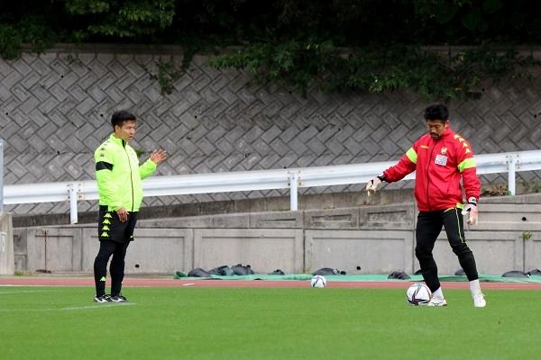 見木友哉選手と新井章太選手。 攻守の連係もしっかり確認します。