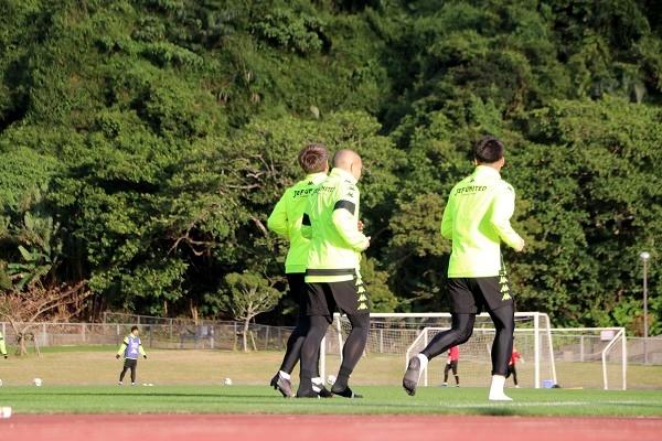 午後のトレーニングが終了し、夕暮れのなか選手たちはクールダウン。
