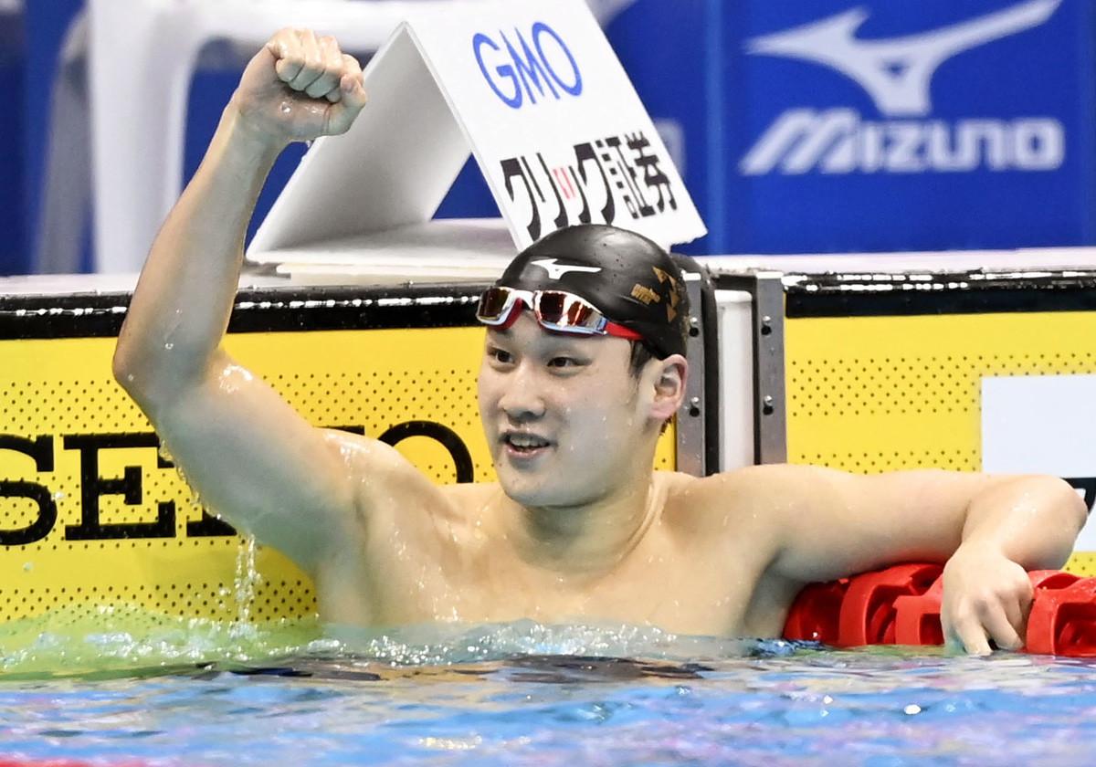 男子200メートル平泳ぎで優勝しガッツポーズを見せる佐藤