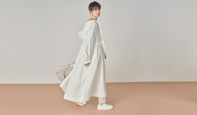 ▲「VIBTEX ライトコート」¥20,900(税込) カラー:OWHT(写真), LBEG サイズ:Free リサイクルポリエステル素材を使用し、ワンピースをイメージして作られたコートは軽やかで春らしいシルエット。