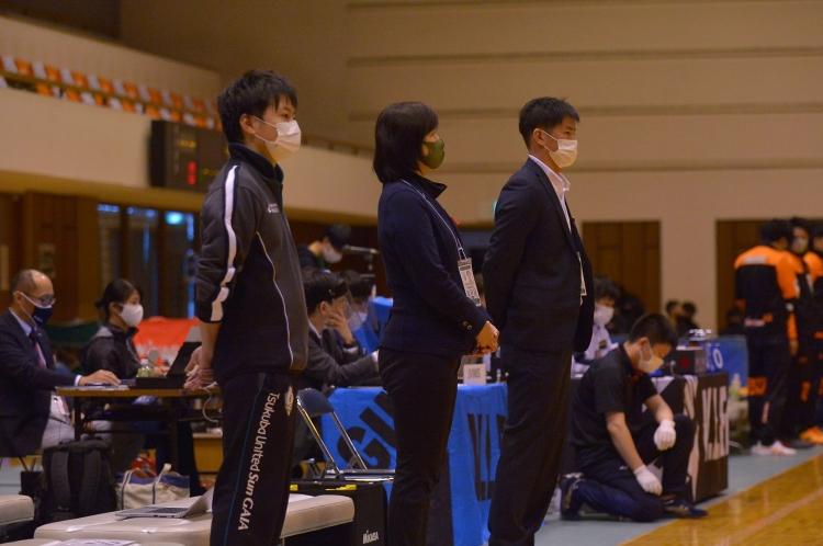 2020-21シーズンスタッフ 右側:五十嵐監督、中:都澤部長、左:西田Dr