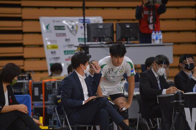 2020-21シーズン中 五十嵐監督・新人の#10鎌田選手……今シーズンは、周囲スタッフはマスク、フェイスシールド着用で感染対策実施
