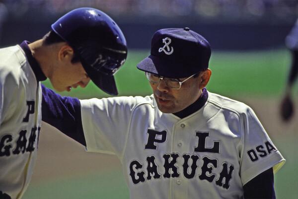 藤原監督自身も92年のセンバツに控え選手として出場。当時の中村順司監督(写真右)からは、決して驕らず、謙虚な気持ちを持ち続けることの大切さを学んだという