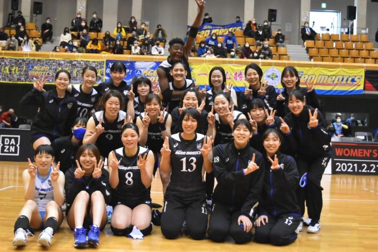 13勝目を挙げた埼玉上尾メディックスの選手たち