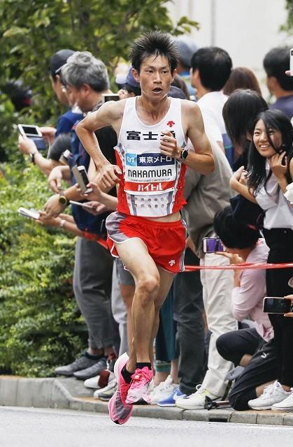 駒澤大OBで、東京五輪マラソン代表の中村。卒業後も中村の指導に携わるうちに、大八木監督にも変化があったという