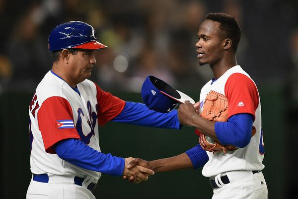 キューバ代表でも重要な役割を担うモイネロ(右)。2度のプレミア12出場に加え、17年のWBCでは東京ドームのマウンドにも立っている