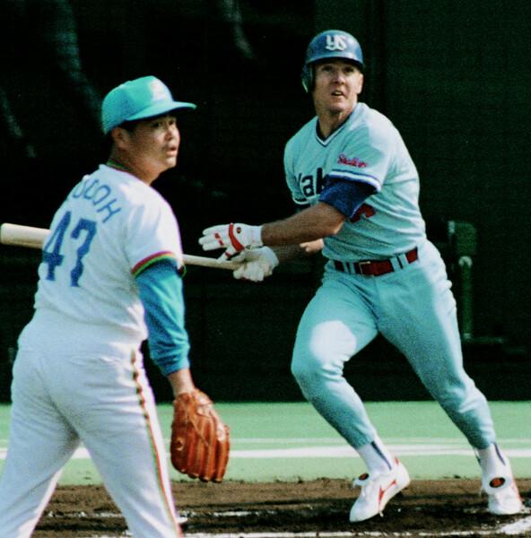 尾崎さんが最初に心を奪われた助っ人外国人は、ヤクルト時代のハウエル(右)だった