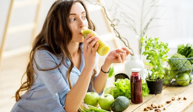 食べ過ぎで後悔した翌日のリセット法! 対処法や翌日におすすめの食材もご紹介