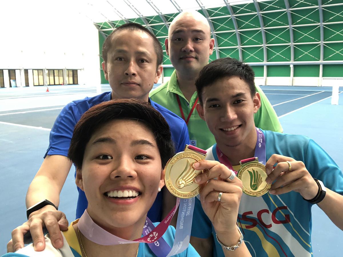 左上が堀川さん。混合複のデチャポル/サプシリ組(手前2人)は、東京五輪のメダル候補(写真は2019年韓国OP優勝時)