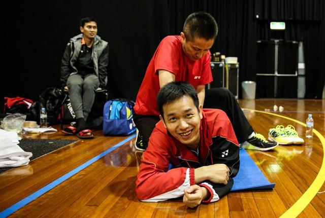 インドネシア代表時代の写真。笑顔でケアを受けているのは、北京五輪の男子ダブルスで金メダルのヘンドラ・セティアワン