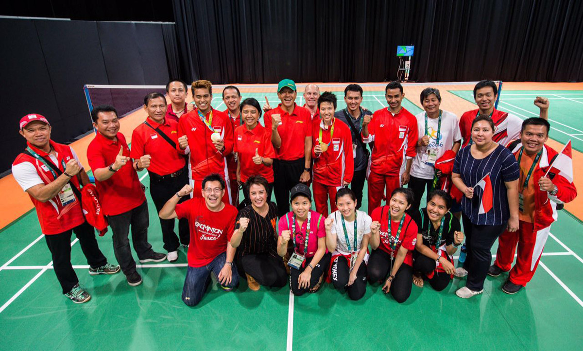 2016年、インドネシア代表のトレーナーとしてリオ五輪に帯同(最後列左)。混合ダブルスの金メダル獲得に貢献