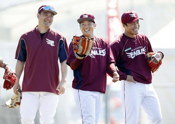 昨シーズンはともに不本意な成績に終わった則本(右)と松井(中央)。両投手がトップフォームを取り戻せば、おのずと優勝に近づくはずだ