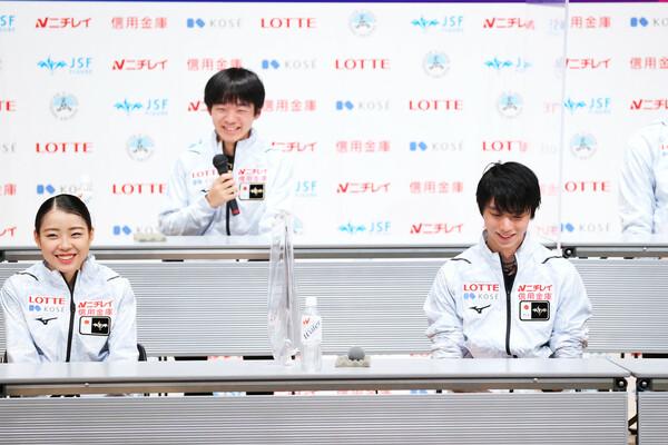 昨冬の全日本選手権後の会見でのひと幕。このとき羽生(右)がかけた言葉が、鍵山(左から2人目)の躍進を生んだ