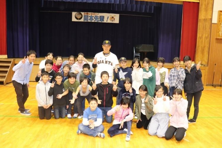 コロナ以前は、学校訪問や被災地訪問などの活動もG handsで実施していた。写真は岡本和真選手の母校訪問の様子。