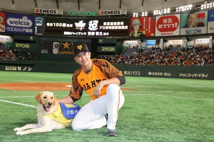 菅野選手による介助犬の啓発活動で、吉野さんはTシャツなどチャリティーグッズのデザイン案にも関わっている。