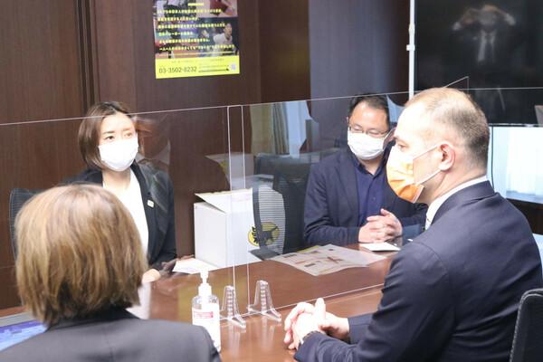 室伏長官と伊藤華英理事(左)は女性アスリートが抱える問題について意見交換を行った
