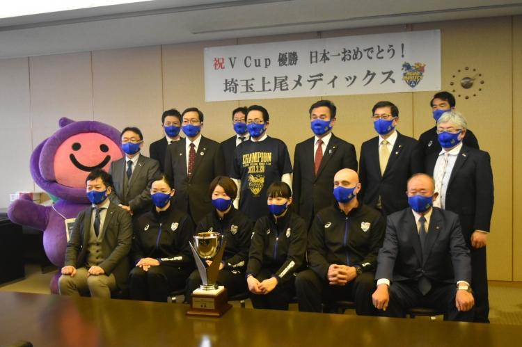 チームから寄贈されたVCupチャンピオンTシャツを着られた畠山稔上尾市長と集合写真