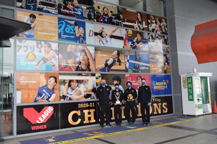 上尾市役所前にある埼玉上尾メディックスの写真にはVCupチャンピオンの文字