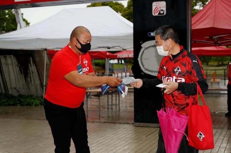 元ロアッソ熊本選手の小林弘記さんもスタジアムでチラシ配りに協力を。