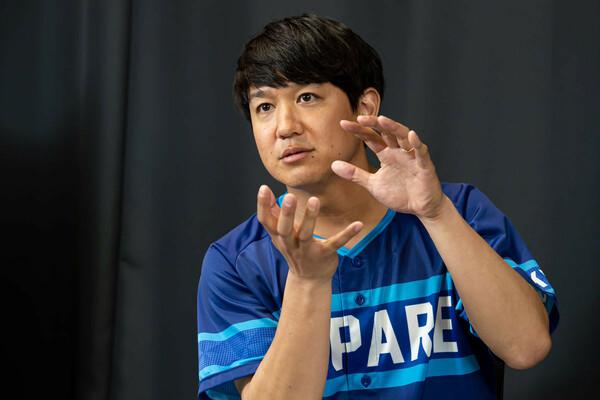 名門・帝京高校で2002年夏の甲子園メンバーとなり、創価大では4年時に主将を務めた経歴を持つトクサン。2016年8月に開設した『トクサンTV』は現在、チャンネル登録者数60万人、最大月間1500万再生を誇る日本一の野球チャンネルとなっている