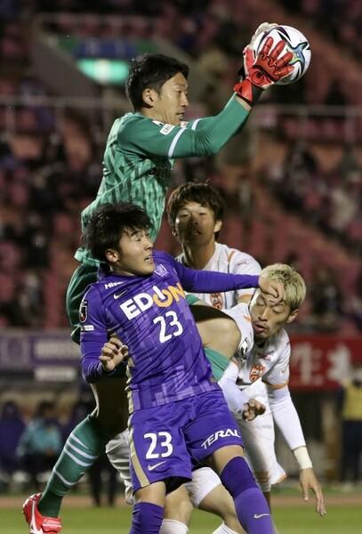 現役日本代表GKの権田に求められるのはセーブなどの守備面だけでなく、ビルドアップの起点となるプレーだ