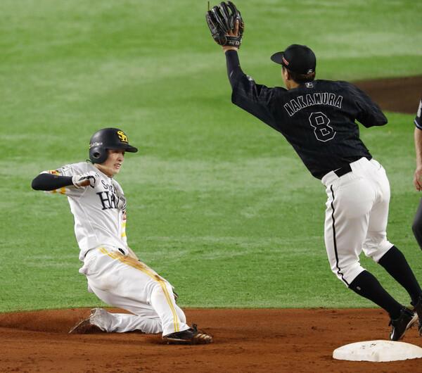 """昨季は13試合連続盗塁の""""世界新記録""""を成し遂げた周東(写真左)。両脚でスライディングができる技術の高さはファンだけでなく、数々の球界OBをもうならせている"""