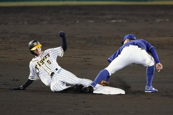 新人から2年連続盗塁王に輝いている阪神・近本(写真左)について、最も近い距離で見ている番記者が綴る