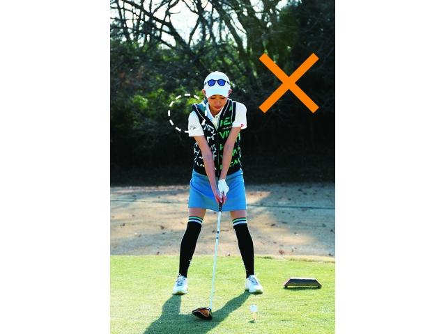 ボールを左に置きすぎると右肩が前に出て右へ大きく曲がりやすい