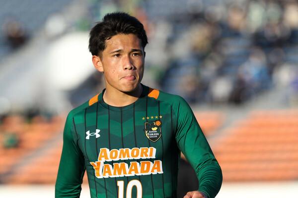 2年生にして青森山田の10番を背負った松木。主将となった今季も、すでにプレミアリーグEASTで活躍中だ