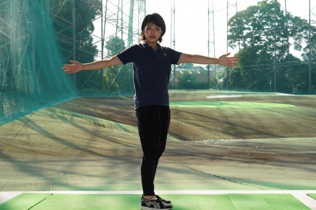 左腕は動かさず、右腕だけを開く。ただし、腕からではなく、背骨から動かしていきましょう