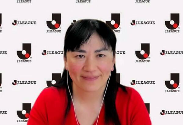 スペインからインタビューに応じるJリーグシャレン!担当の佐伯夕利子理事