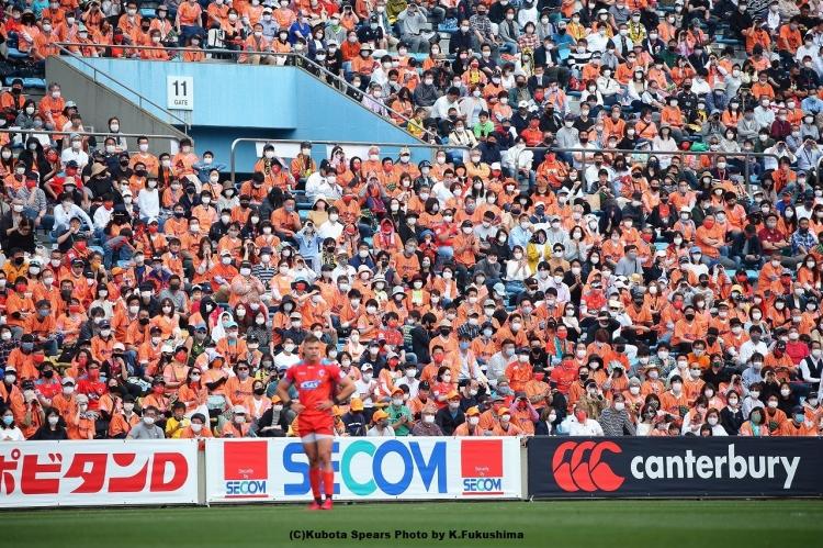 バックスタンドをオレンジに染めたクボタスピアーズファン(=オレンジアーミー)